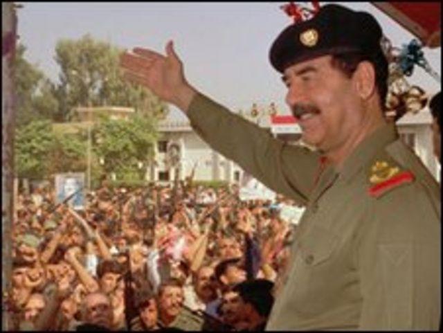 صدام يحيي مؤيديه عام 1995
