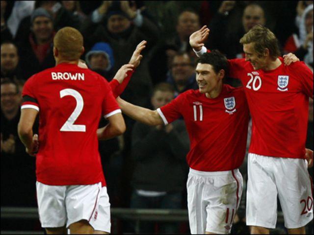 لاعبو المنتخب الإنجليزي يحتفلون بتسجيل هدف على مصر