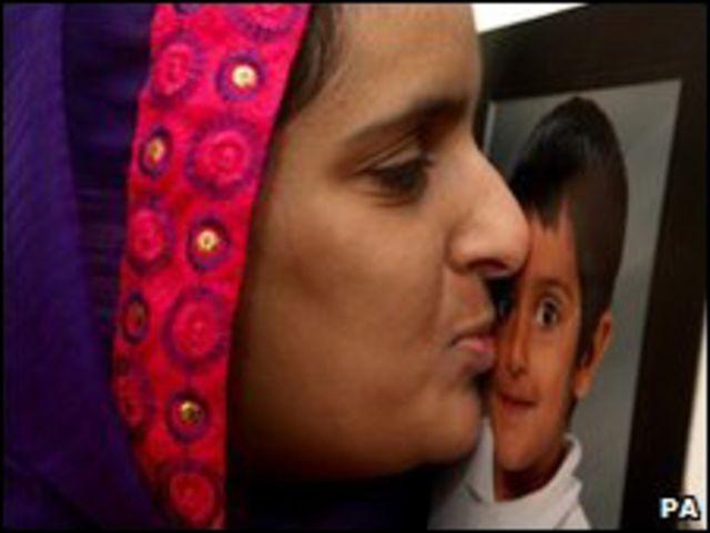 والدة سهيل تقبِّل صورته