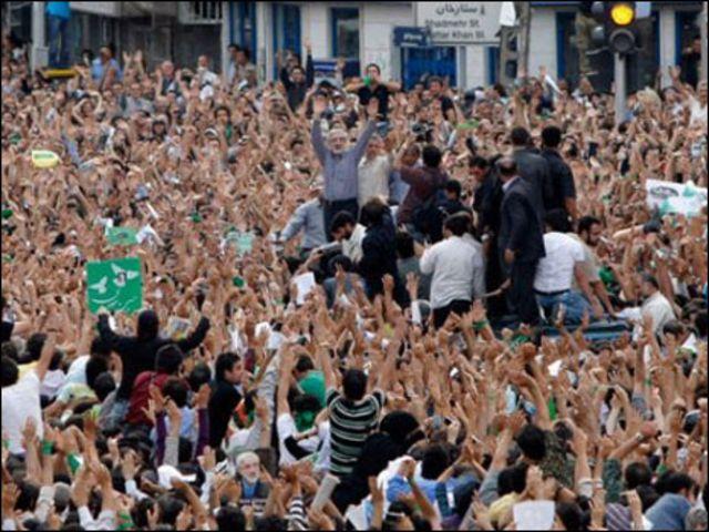 موسوي يتوسط أنصاره في مظاهرة العام الماضي