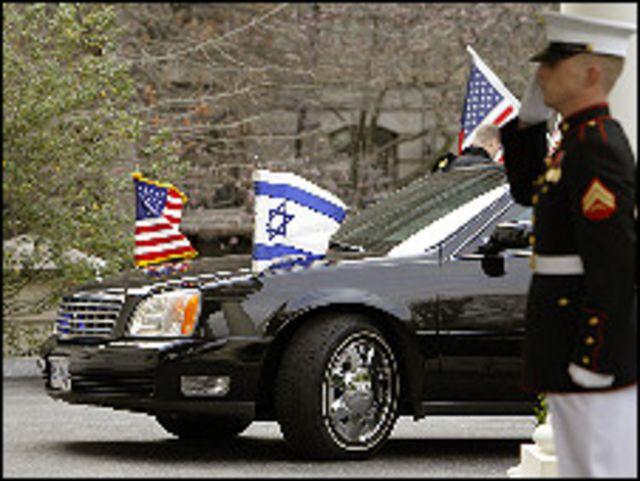 أعلام أمريكية وإسرائيلية