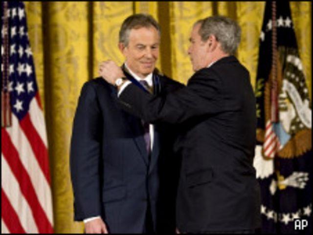 Джордж Буш награждает Тони Блэра
