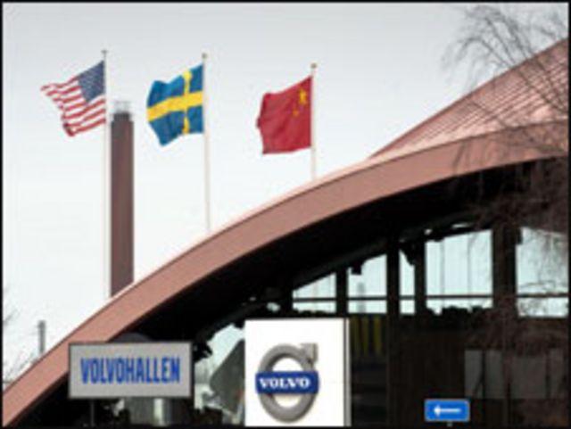 اعلام الصين والسويد وامريكا على مبنى فولفو