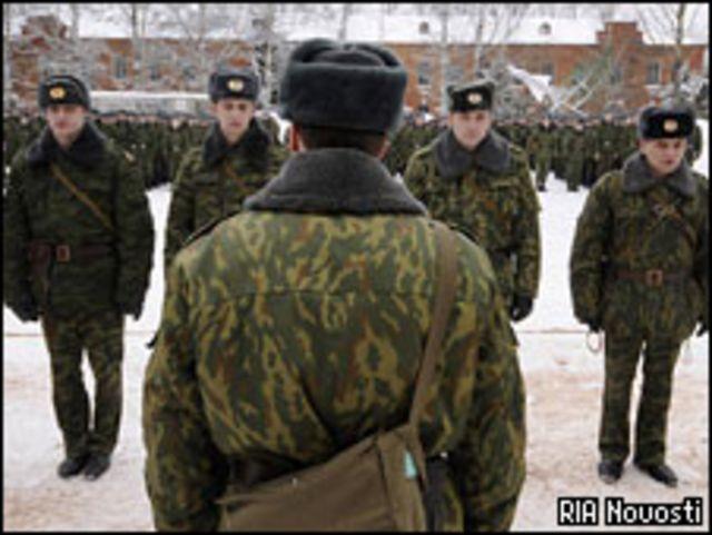 Солдаты и офицер на построении