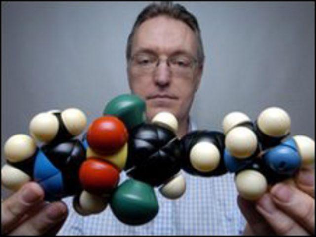 البروفيسور ويات يعرض نموذجا لعقار العلاج من النوم الزائد