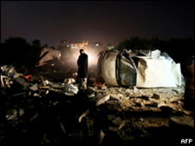 فلسطيني يتفقد موقغ اثر اصابته بقصف اسرائيلي