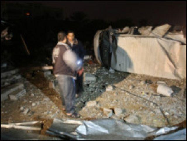 فلسطينيان يتفقدان موقعا قصفته اسرائيل