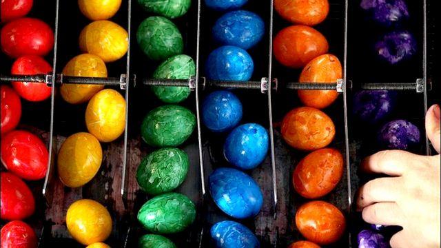 """بيض مسلوق وملون للبيع في بافاريا بالمانيا، وهو من انتاج """"بيهام"""" اكبر شركة مختصة"""