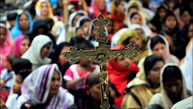 مسيحيون  باكستانيون يتدفقون على كنيسة القديس انطونيو في لاهور