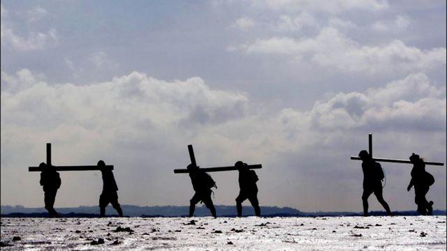 """زوار من شمال انجلترا واسكتلندا يحملون صلبانا في آخر مرحلة من رحلة """"صليب الشمال"""""""