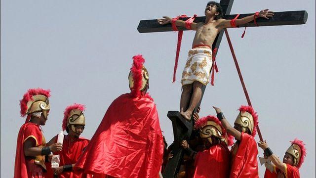 مسيحيو الفلبين يعيدون تمثيل صلب المسيح احتفالا بعيد الفصح