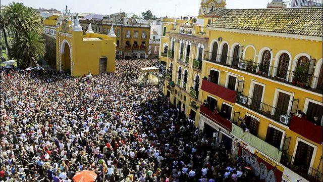 وفي مدينة اشبيلية الاسبانية، تبع الآلاف مسيرة الجمعة العظيمة