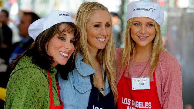 الممثلات الامريكيات ستيفاني برات (يسار) واليشيا راي وكيت ليندر تطوعن لتوزيع الطعام على الفقراء في لوس انجلس بكاليفورنيا