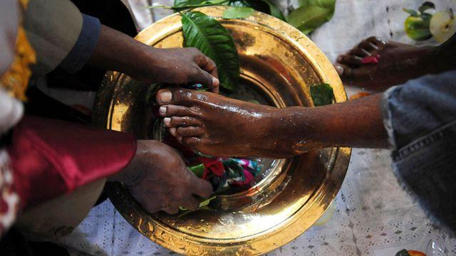 قس يغسل رجلي احد الزوار في كنيسة ارثوذكسية اثيوبية في دنفر بكولورادو