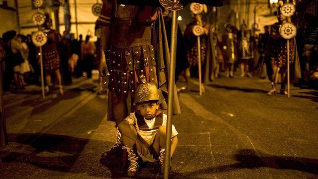 طفل يرتدي زي جندي روماني في غواتيمالا سيتي في الجمعة العظيمة