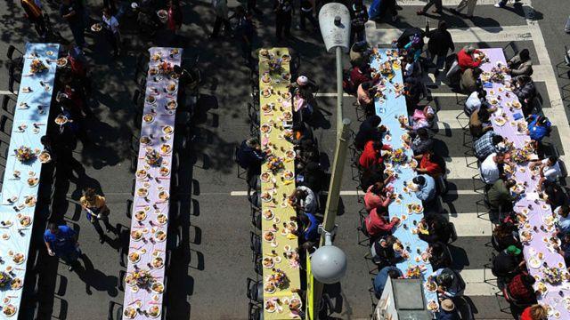 فقراء ومشردون يتناولون وجبة عيد الفصح في وسط لوس انجلس