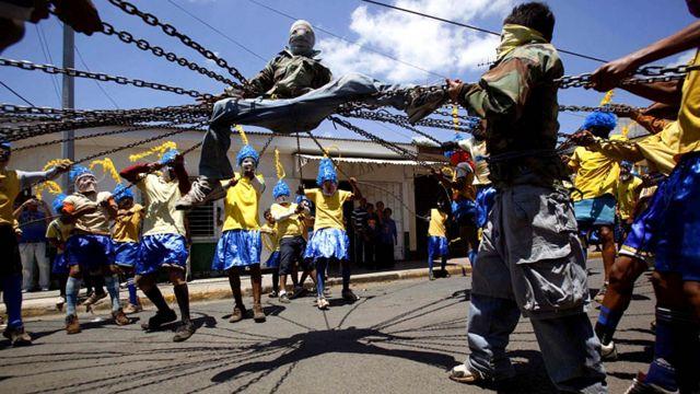 """مسيرة """"لوس انكادينادوس"""" او """"المغلولون"""" من تظاهرات عيد الفصح في ماستيبي بنيكاراغوا"""