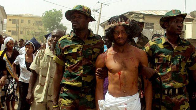 مسيحيون نيجيريون يعيدون تصوير صلب المسيح في مدينة كانو ذات الاغلبية المسلمة