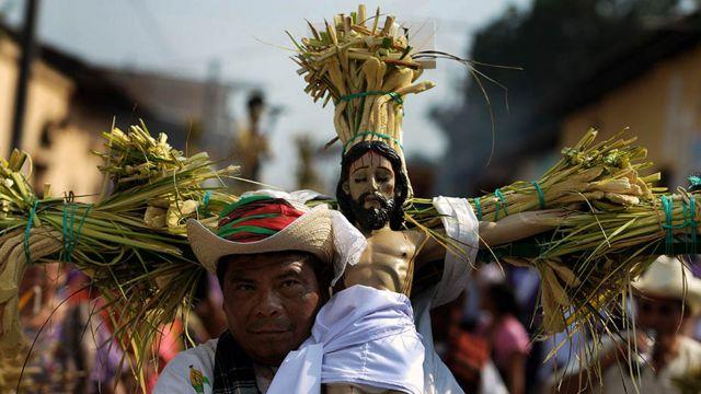 مشارك في مسيرة في ايسالكو بسالفادور