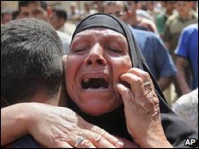 امراة عراقية تصرخ بعد احد الانفجارات