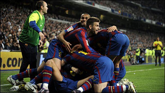 لاعبو برشلونة يحتفلون بالهدف الثاني