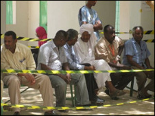 منتظرون في مركز انتخابي في الخرطوم
