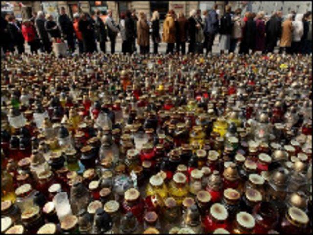 الاف الشموع امام القصر الرئاسي