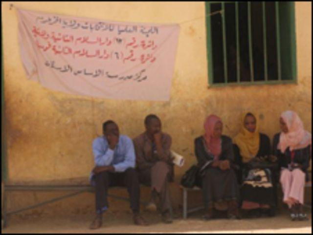 سودانيون امام مكتب اقتراع
