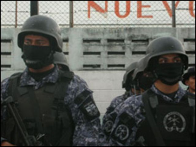 Miembros de élite de la Policía Nacional Civil (PNC) durante el lanzamiento del nuevo plan de seguridad pública de la administración Funes.