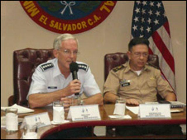 El jefe del Comando Sur, Douglas Fraser, junto al ministro de Defensa Nacional, Davíd Munguía Payés, durante una visita a El Salvador.