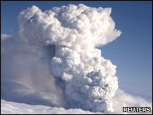 رماد منبعث من بركان أيسلندا