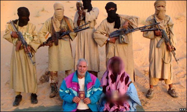 صورة لسيكالا وزوجته لدى احتجازهمها من قبل مسلحي القاعدة