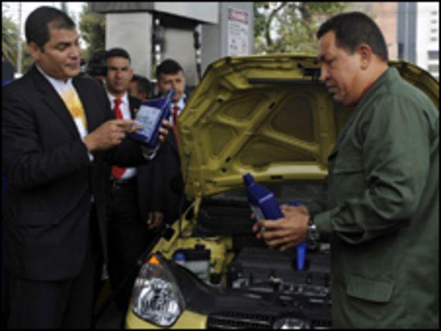 الرئيس رافائيل كوريا مع نظيره الفنزويلي هوجو شافيز
