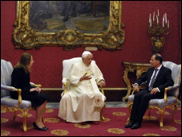 البابا مع رئيس مالطا وزوجته