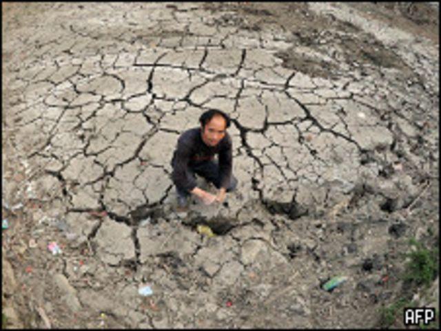 فلاح صيني تعاني ارضه من الجفاف