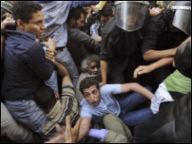 متظاهرون أمام مجلس الشعب في 6 ابريل