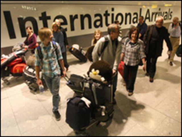 وصول مسافرين الى مطار هيثرو