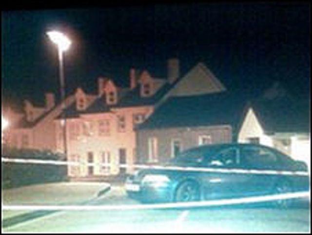 سيارة خارج محطة شرطة
