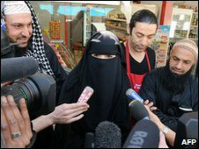 المرأة المنقبة الي فرضت عليها الشرطة غرامة بسبب ارتداء النقاب