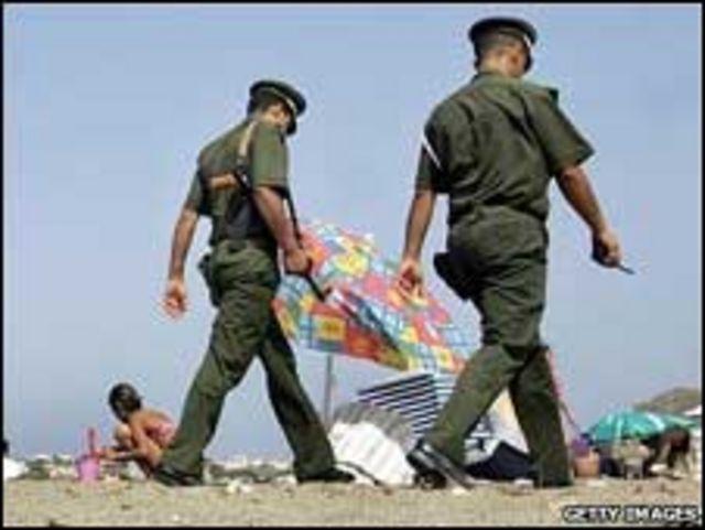 الشرطة الجزائرية على الشاطئ