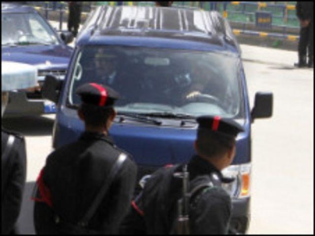 سيارة تحمل هشام طلعت مصطفى الى مقر المحكمة