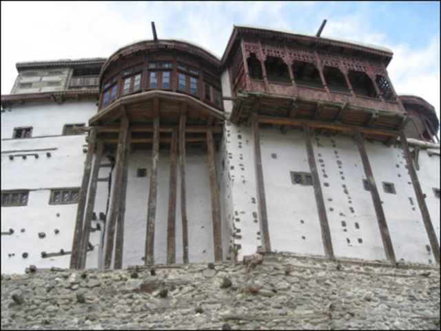 پاکستان کے علاقے گلگت بلتستان کی وادی ہنزہ کا بلتت قلعہ جو سات سو سال پہلے تمعیر کیا گیا تھا۔اس قلعے کے باسٹھ دروازے ہیں۔سنہ انیس سو پینتالیس تک یہ قلعہ ہنزہ کے حکمرانوں کے زیر استعمال رہا تھا۔ بعد میں انیس سو نوے میں ہنزہ کے آخری حکمران کے بیٹے نے قلعے کو باقاعدہ طور پر بلتت ہیرٹیج ٹرسٹ کے حوالے کر دیا تھا