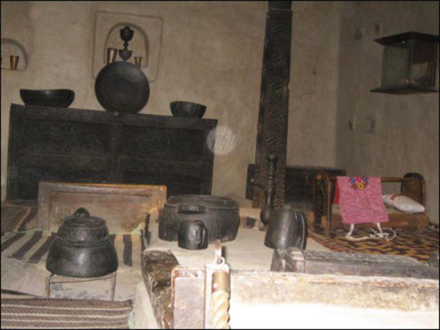 قلعے کا باورچی خانہ جہاں پرانے زمانے کے لوہے سے تیار کردہ  کھانا پکانے کے برتن پڑے ہوئے ہیں