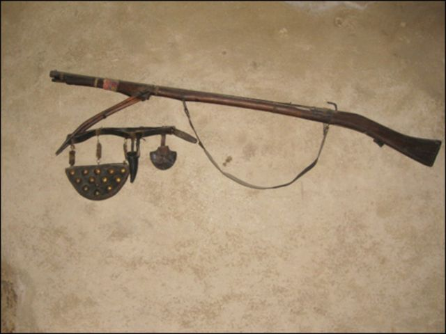 پرانے زمانے کی ایک بندوق، جس کے بارے میں کہا جاتا ہے کہ یہ اٹھاروں صدی میں ایک روسی جاسوس نے اس وقت کے حکمران کو تحفے میں دی تھی۔ اس حوالے سے ایک قصہ بھی بیان کیا جاتا ہے کہ جب اٹھارہ سو اکیانوے میں برطانوی فوج ہنزہ پر قبضے کے لیے آئی تو اس وقت دفاع کے لیے ہنزہ میں یہ واحد بندوق تھی اور اس کی ایک ہی گولی تھی