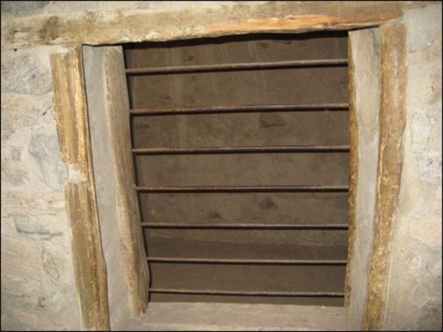 قعلے کے تہہ خانے میں موجود ایک جیل کا منظر