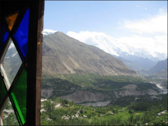 قلعے  کے ایک کمرے سے وادی ہنزہ کا دلکش منظر جہاں سے پوری وادی کا نظارہ کیا جا سکتا ہے اور سامنے ہی دنیا کی بلند ترین چوٹیوں سے ایک راکا پوشی نظر آتی ہے