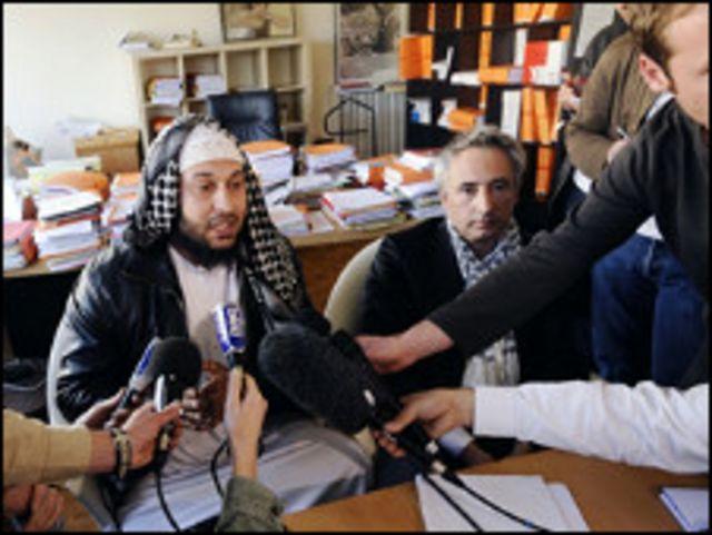 إلياس حباج(يسار) يتحدث للصحفيين وبجواره محاميه