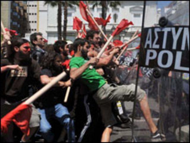 صدامات بين الشرطة ومتظاهرين يونانيين في عيد العمال