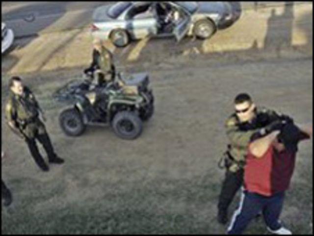 شرطة توقف مهاجرين
