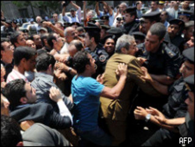 الشرطة ومتظاهرين